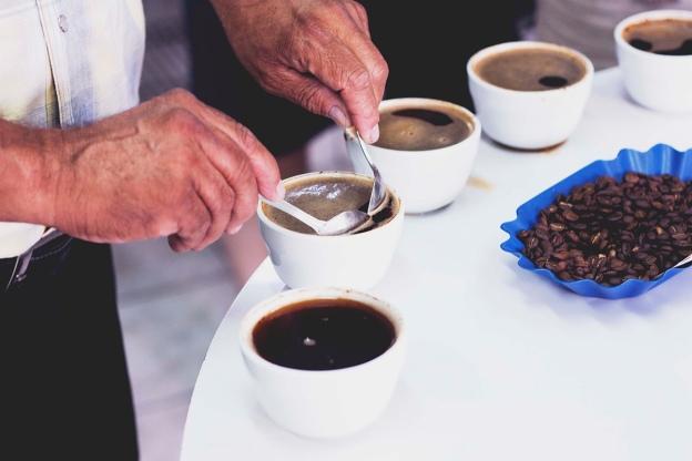 Kod spremanja više espressa, prvo valja napraviti sav posao oko kave, a tek tada se obrađuje mlijeko