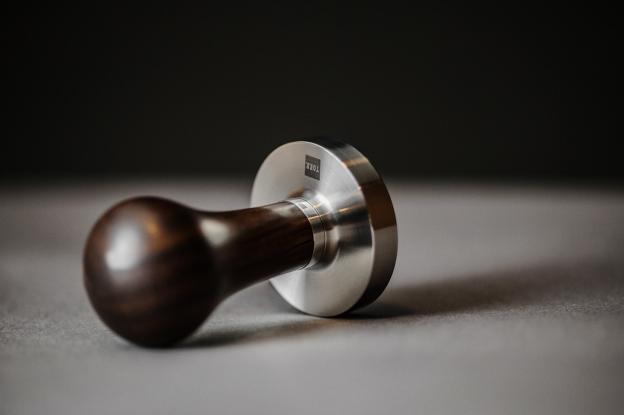 Torr radi lijepe i skupe tampere od drva i metala.  Ako niste zadovoljni onime kojeg ste dobili s espresso aparatom, solidan zamjenski možete kupiti već za stotinjak kuna